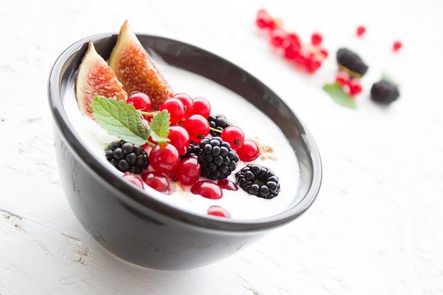 Joghurtcreme mit eingelegten Weinfeigen