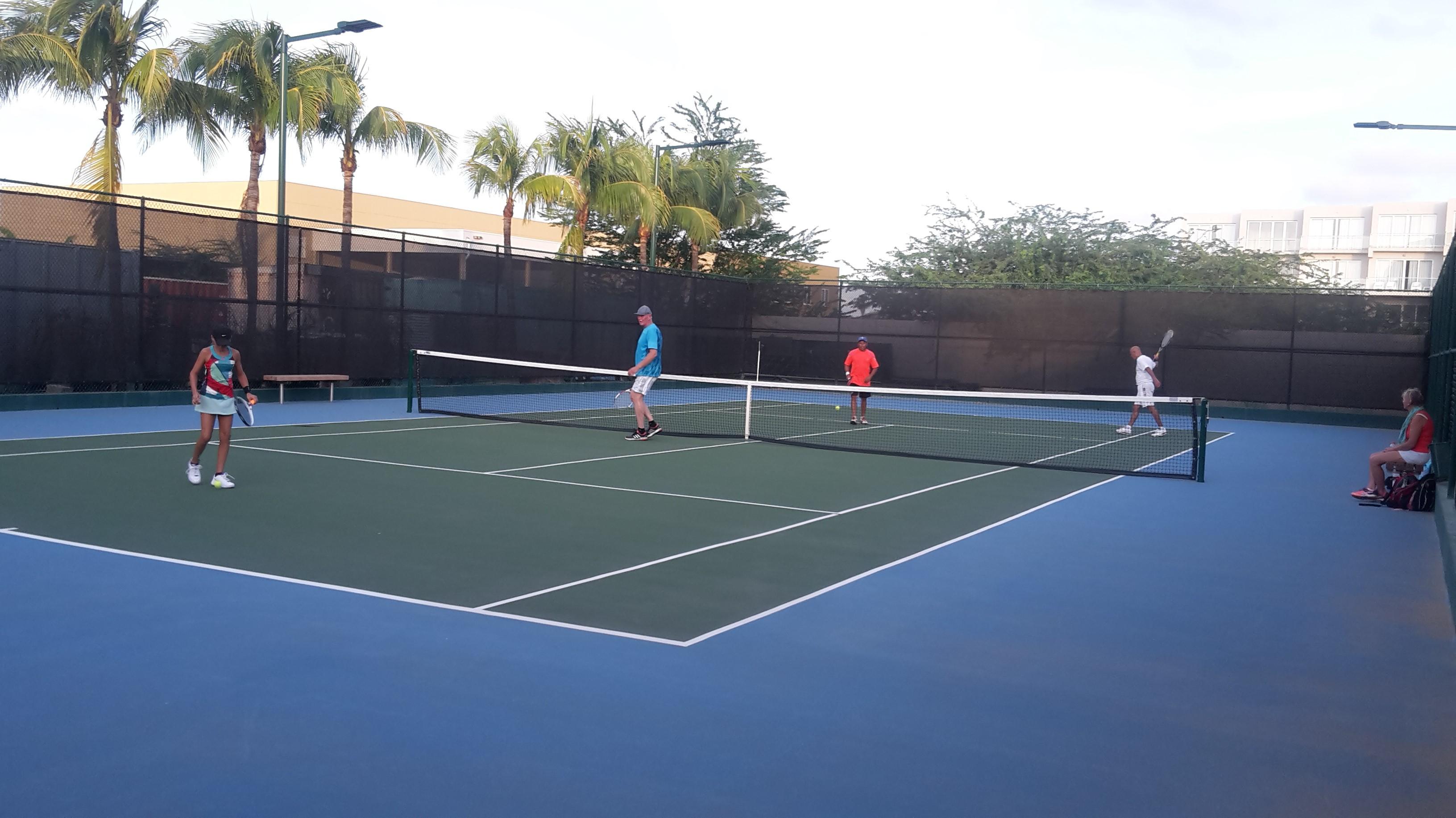 Harry van reek is een  professionals leraar bij Omnibus Tennis Aruba
